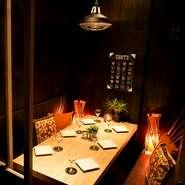 個室は2名~最大40名様までOK! 貸切もOK。最大100名様まで! 女子会・合コン・誕生日会に大人気! 扉付き完全個室も完備。有名デザイナーが手掛けた癒しの隠れ家空間は女子に人気。