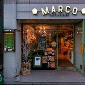 ヨーロッパの街角のような素敵なお店。手作りカレンダーが目印