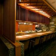 店内は和モダンなインテリアで統一され、落ち着いた空間で大人のデートに最適!カウンター席や北3条広場『アカプラ』のイチョウ並木、道庁赤れんが前庭の緑が目の前に広がるテーブル席などディナーにもランチにも◎