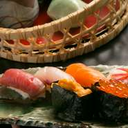 その日料理長が吟味したネタの握り寿司と、旬の厳選素材を使った前菜盛りや煮物がセットになったぜいたくな御膳です。