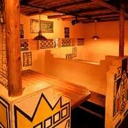 1階の店内は、レゲエ調の雰囲気でいっぱいです。さらに2階は、レゲエアートに加えて、南アフリカと西アフリカに区分けされた内装に。異国情緒あふれる中で、アツアツのお好み焼きが食べられるユニークなお店です。
