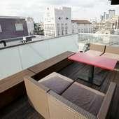 風が心地良い、三宿の街を一望できるテラス席