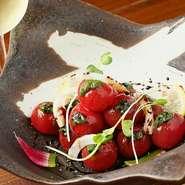 丁寧に湯むきした甘いミニトマトを、自家製バルサミコソースでさっぱりと味わいます。紅芯大根や玉葱の彩りも美しく、ワインにもぴったり!