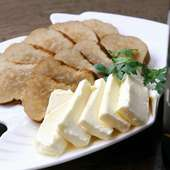 スモーキーないぶりがっこと相性抜群のクリームチーズ『いぶりがっこチーズ』