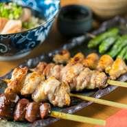毎日仕入れる選び抜かれた肉を、一本一本手串を打って丁寧に仕上げています。本格炭火焼にこだわり、専門店として焼き鳥に最も力を入れているため、まるでステーキのようなジューシーなお肉を味わえます。