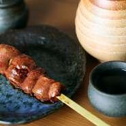 【焼き鳥うか】を訪ねたら絶対に外せないのが『レバーの串』。選び抜かれた上質なお肉を新鮮な状態で提供するので、半レアの状態でいただけます。フォアグラのような食感でリピーターNO1の一品です。