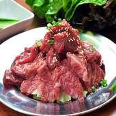 リーズナブルな価格でおいしい赤身肉を味わえる『肉山盛り』 1組1皿限定!