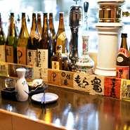 カウンターをはじめ、店内にずらりと並ぶお酒。季節のお酒や全国各地の酒蔵がつくる隠れた銘酒まで、さまざまな銘柄が揃っています。グラスで気軽に試すことができるので、お気に入りの銘柄を探す楽しみも。