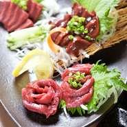 福島県会津地方より直送される良質な肉質と風味豊かなもも肉や、濃厚な旨みが後を引くレバー。ハツのサクサクとした食感が楽しめるのは鮮度の良い証。部位ごとに異なる馬肉の美味しさを堪能できる一皿です。