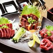 """福島県会津地方から直送される新鮮な馬肉。とろけるような旨みの""""もも""""や、濃厚な味わいの""""レバー""""、""""ハツ""""のサクサクとした食感を楽しめるのは鮮度が良い証。馬肉の美味しさを堪能できる一皿です。"""