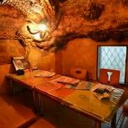 靴を脱いでゆっくりできる、洞窟の中にいるような個室は、2名~7名位の利用に最適な空間です。全7室の個室はどの部屋も個性的で、なんとも寛げる雰囲気。本当は秘密の一軒にしたいほど。