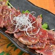 牛肉よりも、さっぱりとした肉の甘みを感じられる「だちょうのたたき」。クサミも無くとっても食べやすいヘルシーな逸品。