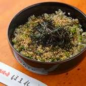 しっかりと下味が付いた高菜の旨味を、米と一緒に食べる。食欲をそそる人気メニュー『高菜めし』