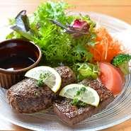 常陸牛は茨城県の指定生産者が育てた黒毛和種の牛のうち、 肉質等級4以上に格付けされた牛のみに付けられた銘柄です。名物の『レアレアハンバーグ』やステーキで、その上質なお肉の旨みが存分に堪能できます。