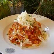 イタリア産グラナパダーノチーズを食べる直前に削る事で味わえる、他店では食べることのできない贅沢パスタ。
