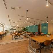 広い店内には、店主自ら一枚一枚選んだ天然木でつくったオリジナルテーブルや椅子、カウンターが並びます。スタイリッシュで統一感があり、木のぬくもりを感じられる居心地のよいカフェです。
