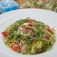 パスタやランチプレートなど、提供しているメニューには、地元で獲れた野菜をたっぷり使用しています。その季節ならではの食材を、おいしくいただけるお店です。