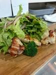 八戸産の豚肩ロースを低温のラードで調理しました。ビストロの定番料理を温かいレンズ豆のサラダとご一緒に。