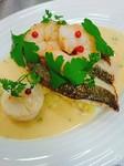 八戸産の釣り物真鱈と活アサリをブイヤベースのソースと白ワインで火が通る程度に軽く煮込みました。ディルの香りとどうぞ。