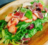 八戸港で水揚げされた鮮魚をレモンマリネ。甘酸っぱい紅玉とサラダ仕立てに。紅玉の季節だけに味わえる味覚を是非ご賞味下さいませ。