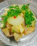 八戸で水揚げされる鮮魚をマリネしカルパッチョ仕立てに。黒オリーブのソースで召し上がっていただきます。