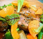 八戸毬姫牛のローストビーフと自家製リコッタチーズ、イチゴのサラダ