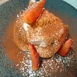 八戸産のイチゴのピューレとマスカルポーネ、エスプレッソで仕上げた自家製ティラミス。春だけの限定のデザートです。