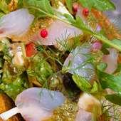 八戸毬姫牛のローストビーフとイチゴのサラダ バルサミコソース