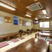 広々とした座敷席とテーブル席で富山名物を味わう宴会を