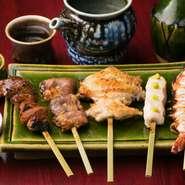新鮮肝、心、手羽、笹身、海老の人気が高い串焼きが一皿で味わえるお得なメニューも。素材を活かし一番美味しい状態で提供したいという稲村さん。どれも口の中でとろける珠玉の一品。