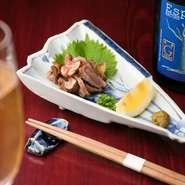 新鮮だからこそ味わえる『宮崎地鶏たたき』は、酒の肴として人気の乾杯メニュー。乾杯と同時に食べることが出来るように提供スピードにも細心の注意を払っているというほどの徹底ぶり。