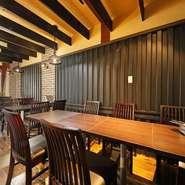 落ち着いた色使いの店内はシックな空間。それでいながら、さり気なく織り交ぜられた和テイストがくつろぎの雰囲気を演出しています。肩ひじ張らず、ゆっくりとお酒や料理を楽しめます。