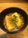 カリカリの揚げた国産大豆豆腐に鶏そぼろと喜庵自慢のお出汁のあんがかかったクセになる一品です。