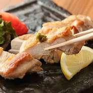 旨味の濃い但馬鶏をミネラル豊富な海洋深層水の塩で焼き上げました。ジューシーな肉のおいしさが口いっぱいに広がる、このお店の人気メニューです。