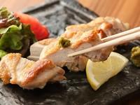 ジューシーな鶏もも肉を塩でシンプルに焼いた人気メニュー『但馬鶏ももの塩焼きかぼす胡椒添え』