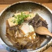 和牛と淡路たまねぎ、国産大豆の豆腐をすき焼き風に煮て、半熟卵をポトンとのせた逸品。