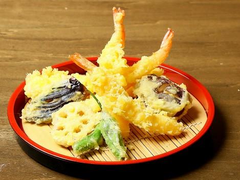 カラッと揚がった食べやすい『天ぷら盛り合わせ』
