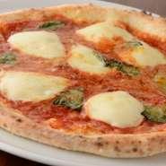 店内に完備されているピザ釜で焼き上げる【ポルト】特製のピザ。出来立て熱々の『マルゲリータ』は格別。トマトの程良い酸味ととろけるようなチーズがたまらない逸品です。
