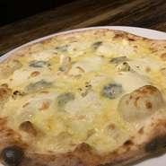 4種類のチーズを使ったピッツァに蜂蜜を添えて
