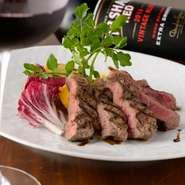 お肉本来の旨味を味わってほしいという店主の考えから、濃いソースは使わずに純粋に良いお肉を楽しむことが出来る一皿。ワインやビールとの相性も抜群。