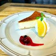 チーズをふんだんに使って焼き上げたチーズケーキは濃厚でチーズ好きな方にもきっとご満足いただける逸品です。