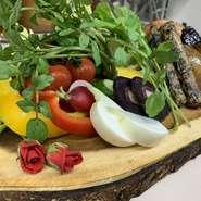 八百屋さんから仕入れている旬の野菜やちょっと珍しい野菜を盛り込んだ『バーニャカウダ』。PORTO自慢のバーニャソースでお召し上がりください。サイズも3種類ご用意しております。是非1度お試しください。