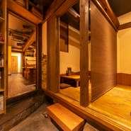 古民家の木材を巧みに取り入れた店内は、古くからの文化と若いアイデアがしっくりと調和。温かい色彩と柔らかい光の中、洋楽が心地良く流れるくつろぎの空間です。