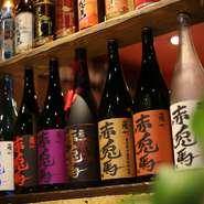 各地の焼酎から地元産を中心とした日本酒、100種類ほどもあるウィスキーと、幅広いドリンクが揃っています。特におすすめは『エビス』生、黒生ビール。どの料理とも相性が良く、絶妙なコクと喉ごしを堪能できます。