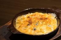 野菜を切りそろえたポテトサラダにトウモロコシのピューレと4種のチーズで