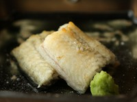"""新潟県旧安田で養殖している""""阿賀の夢うなぎ""""養殖の天敵""""臭み""""が皆無。白焼きにして、新潟十日町の山から摘んできた実山椒の特性甘ダレで食します。一般流通はなく県内でも限られた店舗でしか食べれ無い一品"""