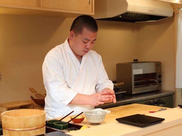 美味しさと食への興味を揺さぶる、寿司一貫の演出