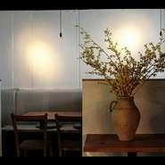 ライトが落とされ優しい光が灯るテーブルは、とてもロマンチック。ゆったりと流れる2人の時間を、彩り鮮やかなお料理が飾ります。一皿ごとに訪れる幸せに、恋人も感動。食事を通し、2人の距離も縮まっていきます。