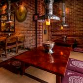 レンガ造りの温かな雰囲気。壁には店のシンボルの大きなドラが
