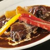 柔らかい食感が絶妙。手間暇かけて煮込んだ『牛肉の赤ワイン煮』